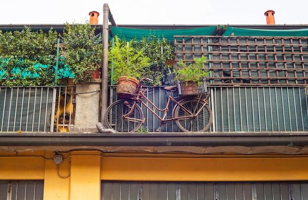 Fahrrad auf dem balkon Premium Fotos