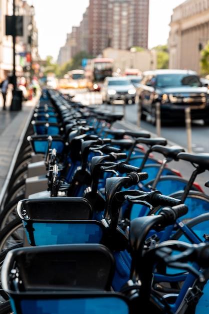 Fahrrad auf einer reihe mit unscharfem hintergrund Kostenlose Fotos