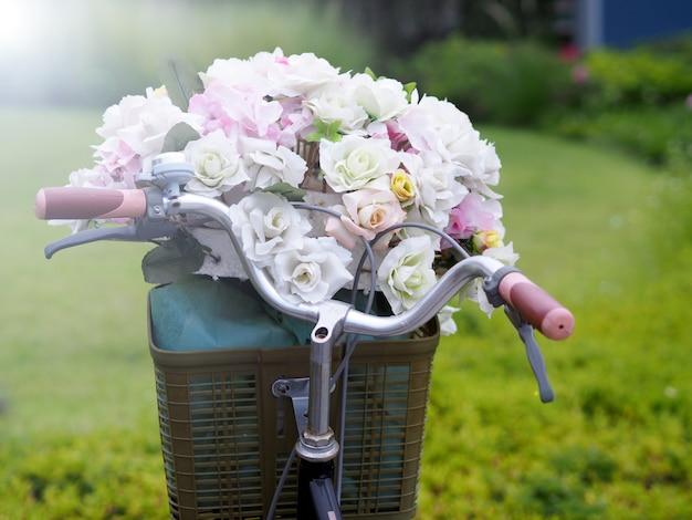 Fahrrad, blume, rasen im garten Premium Fotos