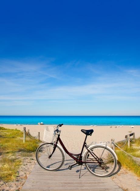 Fahrrad in formentera strand auf den balearen Premium Fotos