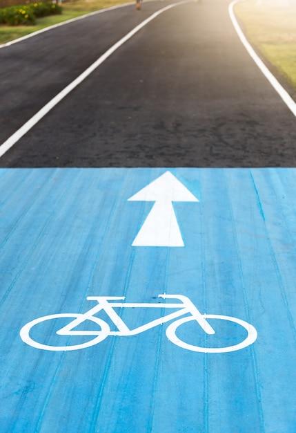 Fahrrad-straßenschild und pfeil auf fahrrad-spuren Premium Fotos