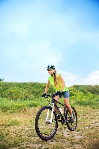 Fahrradfahren des jungen mädchens draußen Kostenlose Fotos