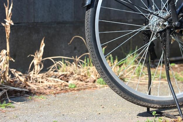 Fahrradfelgenparken auf dem zementstraßenhintergrund. Premium Fotos