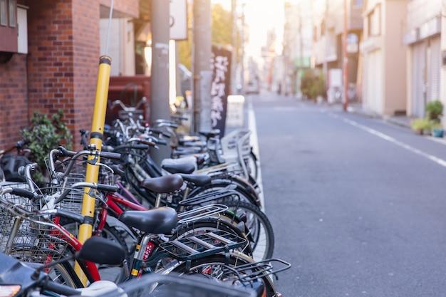 Fahrradparken an der straßenseite in tokyo japan Premium Fotos