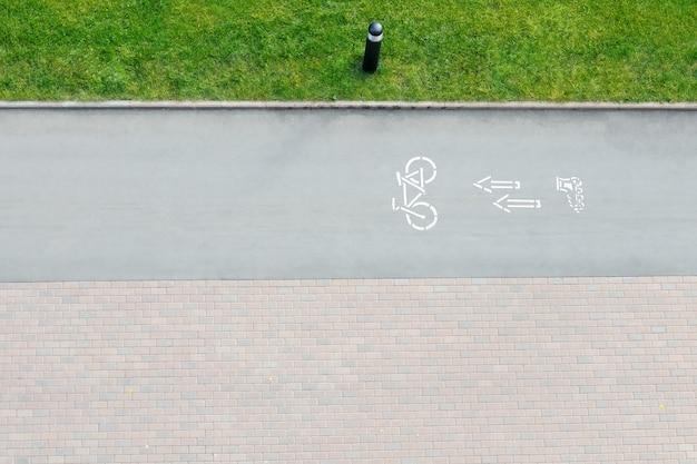 Fahrradverkehrsschild und pfeile draußen Premium Fotos