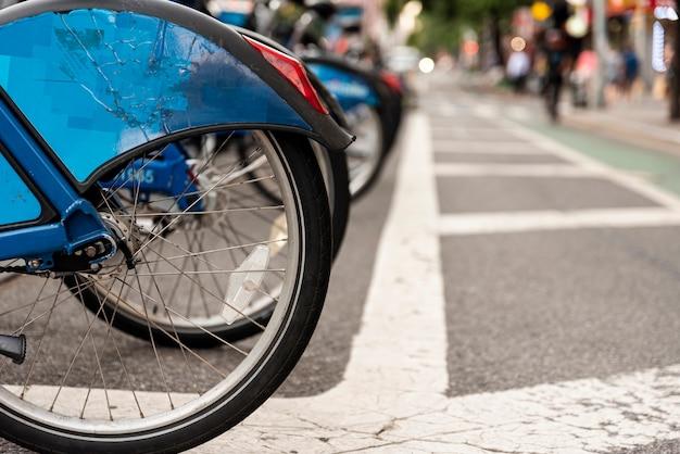 Fahrradverleih in der stadt mit unscharfem hintergrund Kostenlose Fotos