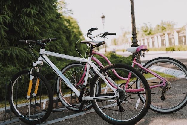 Fahrräder stehen auf leeren parkplatz Premium Fotos