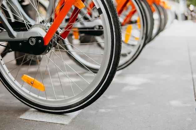 Fahrräder zu mieten. austausch von reifen und fahrradnippeln. fahrradkauf. ökologischer nahverkehr. sport aktives konzept. transportarten. ohne die umwelt zu schädigen Premium Fotos