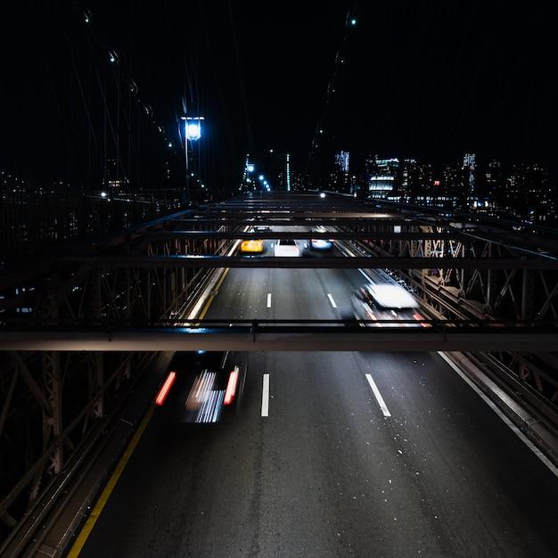 Fahrzeuge auf der brücke in der nacht mit bewegungsunschärfe Kostenlose Fotos