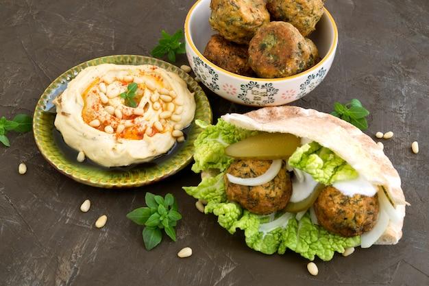 Falafel, ein traditionelles israelisches gericht aus kichererbsen. Premium Fotos