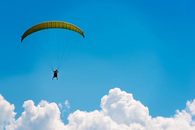 Fallschirm über blauen himmel Kostenlose Fotos