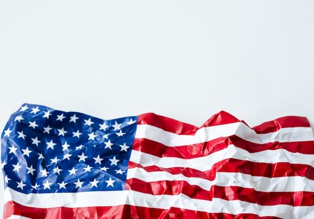 Falte flagge der vereinigten staaten von amerika oder der usa. die usa werden seit dem 4. juli 1776 gegründet, der unabhängigkeitstag genannt wird. Premium Fotos