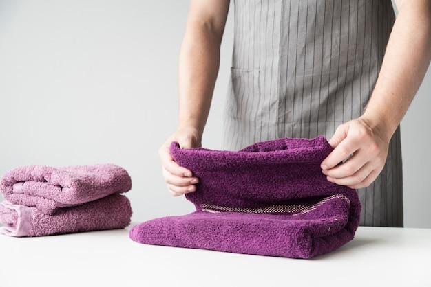 Faltende tücher der vorderansichtperson Kostenlose Fotos