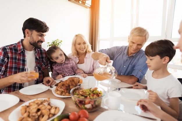 Familie am tisch feiert einen familienurlaub. Premium Fotos