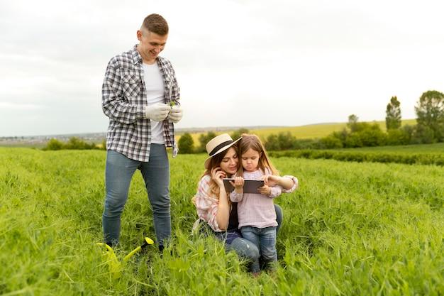 Familie auf dem bauernhof mit tablette Kostenlose Fotos