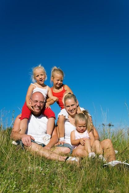 Familie auf der wiese Premium Fotos