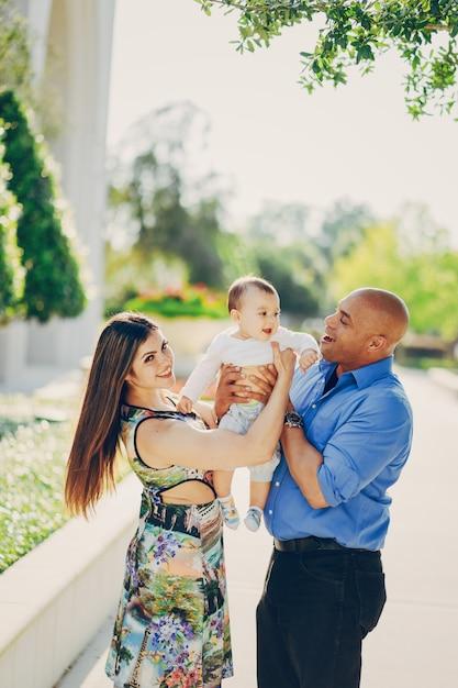 Familie auf einem Spaziergang Kostenlose Fotos