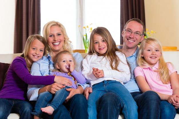 Familie auf einer couch Premium Fotos