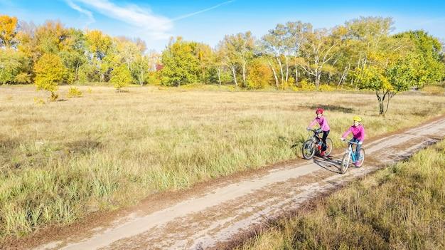 Familie auf fahrrädern herbst radfahren im freien Premium Fotos