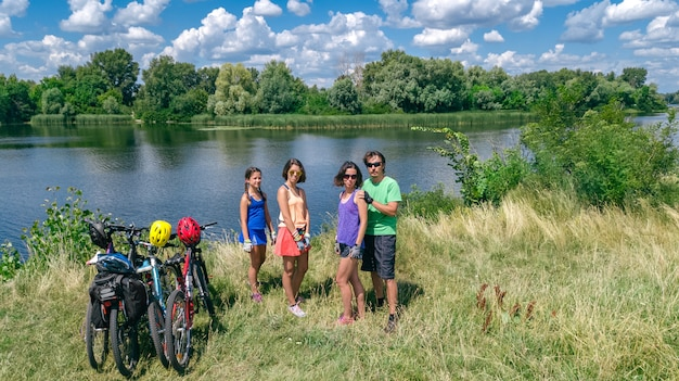 Familie auf fahrrädern im freien, aktive eltern und kinder auf fahrrädern Premium Fotos