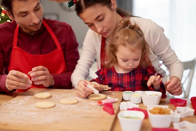 Familie backt kekse zu weihnachten Kostenlose Fotos