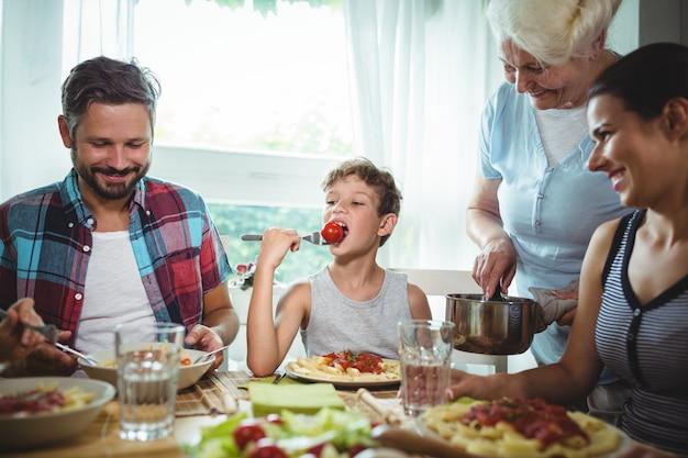 Familie beim gemeinsamen essen Premium Fotos