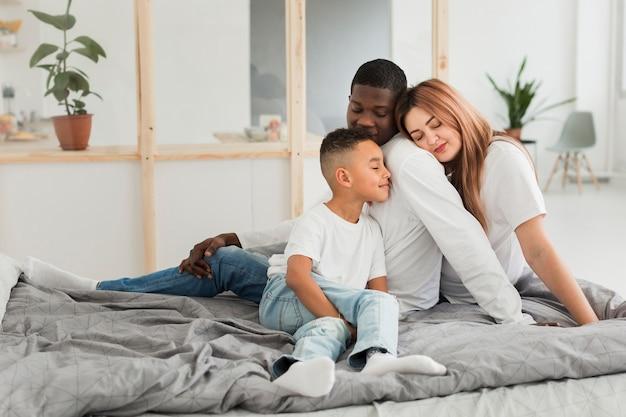 Familie bleibt zusammen im bett Premium Fotos