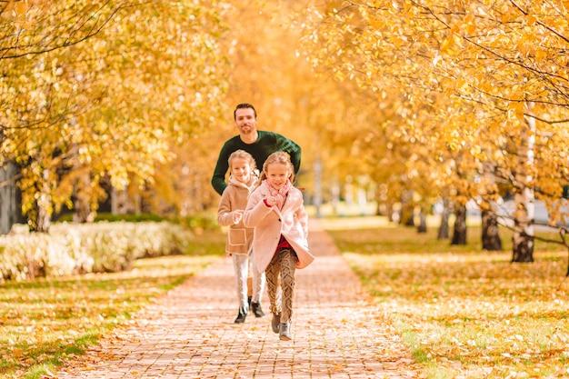 Familie des vatis und der kinder am schönen herbsttag im park Premium Fotos