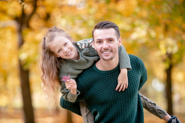 Familie des vatis und des kindes am schönen herbsttag im park Premium Fotos