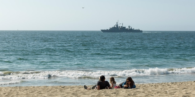 Familie, die auf dem strand, vina del mar, chile sich entspannt Premium Fotos