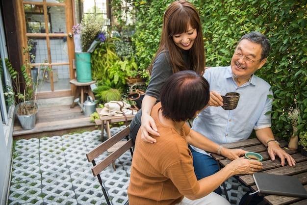Familie, die beiläufige zuneigung-beziehung bindet Premium Fotos