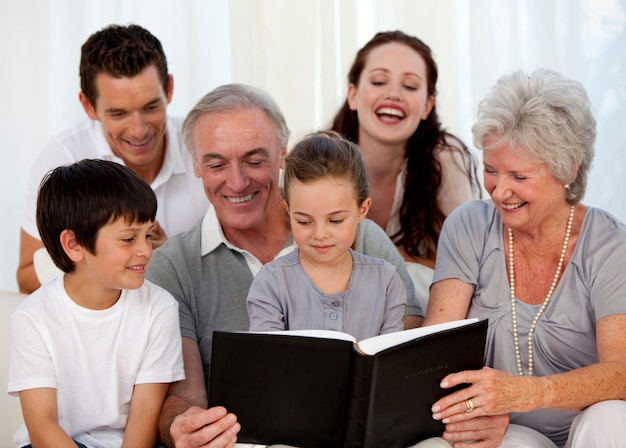 Familie, die ein fotoalbum betrachtet Premium Fotos