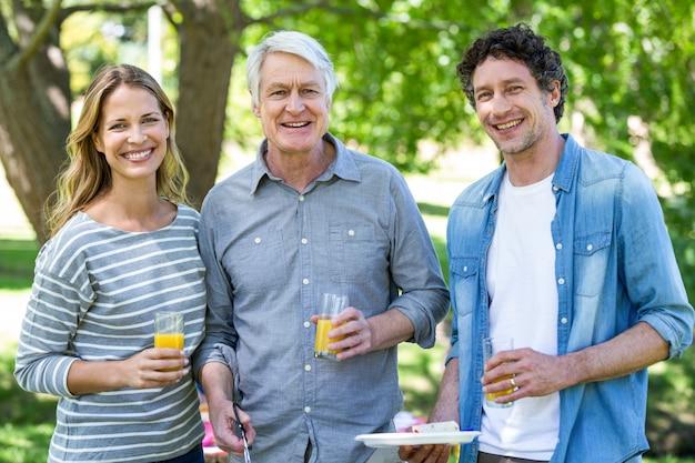 Familie, die ein picknick mit grill hat Premium Fotos