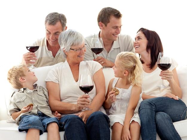 Familie, die eine feier mit wein und keksen isst Premium Fotos
