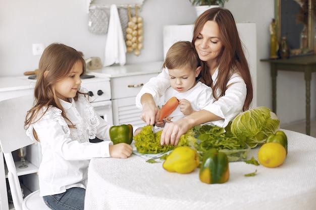 Familie, die einen salat in einer küche zubereitet Kostenlose Fotos