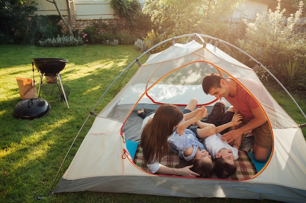 Familie, die im zelt während des feiertagspicknicks genießt Premium Fotos