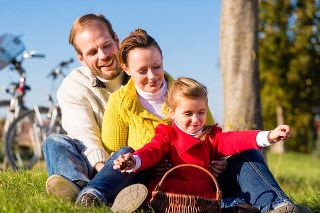 Familie, die kastanien auf fahrradreise sammelt Premium Fotos