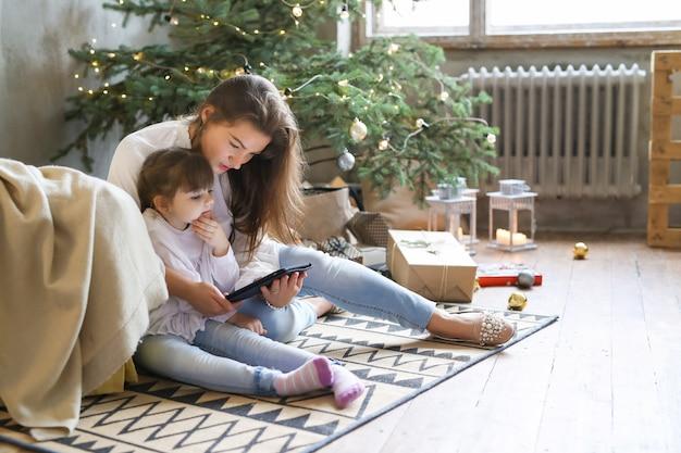 Familie, die spaß am weihnachtstag hat Kostenlose Fotos
