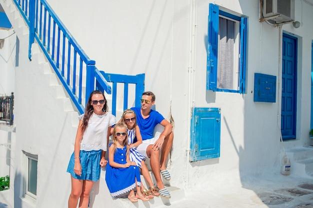 Familie, die spaß draußen auf mykonos-straßen hat Premium Fotos