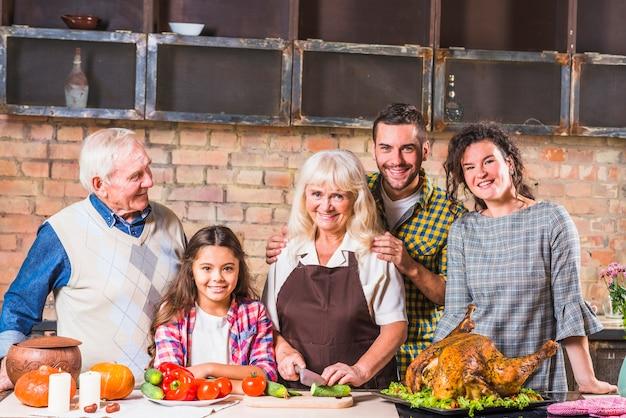 Familie, die truthahn in der küche kocht Kostenlose Fotos