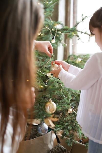 Familie, die weihnachtsbaum schmückt Kostenlose Fotos