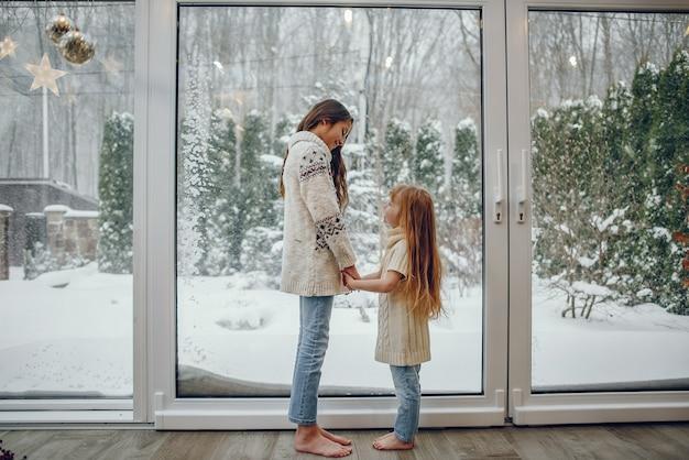 Familie, die zeit zu hause in einer weihnachtsdekoration verbringt Kostenlose Fotos