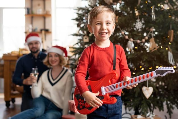 Familie, die zeit zusammen zu hause an weihnachten verbringt Kostenlose Fotos