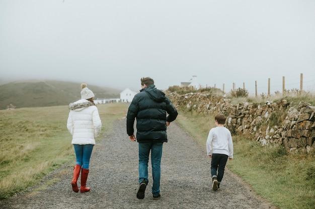 Familie, die zusammen einen spaziergang macht Kostenlose Fotos