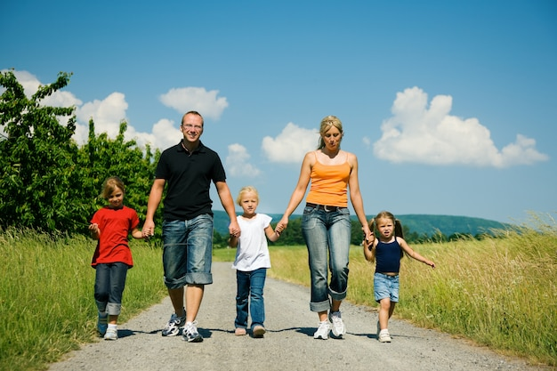Familie einen weg entlang Premium Fotos