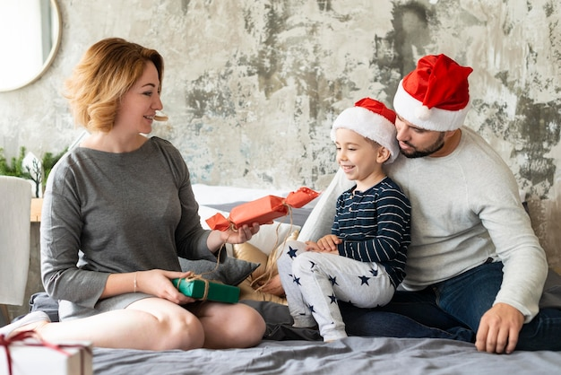 Familie feiert weihnachten zusammen Kostenlose Fotos