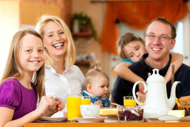 Familie frühstücken Premium Fotos