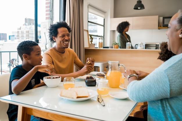 Familie frühstückt zusammen zu hause. Kostenlose Fotos