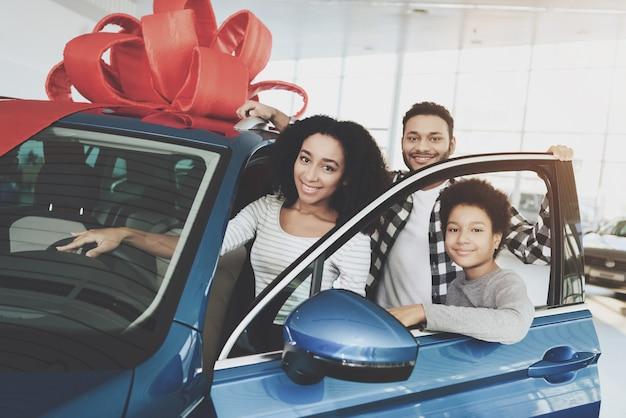 Familie gewann auto vater und sohn machen geschenk für mama Premium Fotos