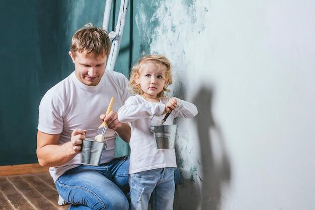 Familie, glückliche tochter mit vater, der hauptreparatur